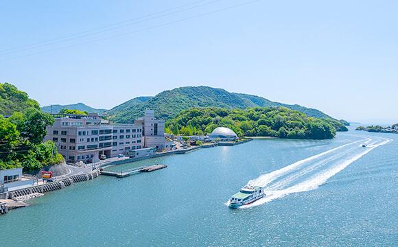 窓の外には瀬戸内海が広がる、リゾートホテルのような快適環境